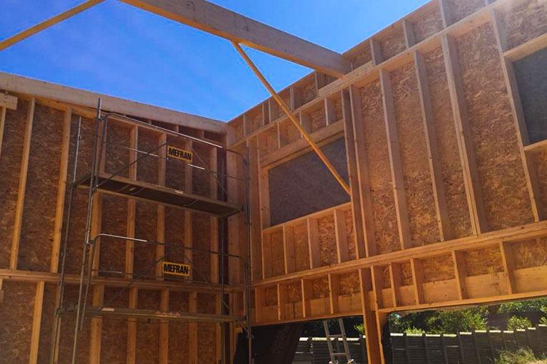 maison-bois-construction-charpente-avant-interieur